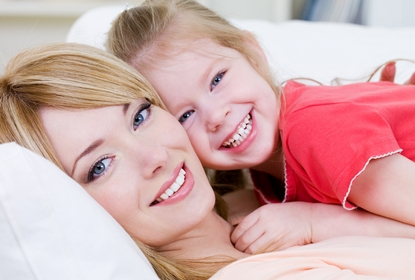 maman et enfant au Cabinet d'Orthodontie du docteur DAYEZ, à Brignoles